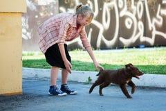 Adolescente con un perrito Fotos de archivo libres de regalías