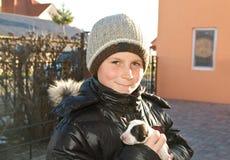 Adolescente con un perrito Foto de archivo libre de regalías