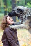 Adolescente con un perro Fotos de archivo libres de regalías