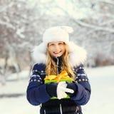 Adolescente con un regalo en sus manos Imagen de archivo libre de regalías