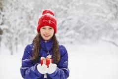 Adolescente con un regalo en sus manos Imagenes de archivo
