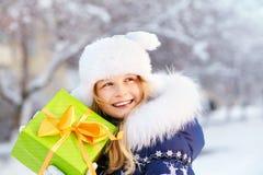 Adolescente con un regalo en sus manos Foto de archivo libre de regalías