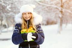 Adolescente con un regalo en sus manos Foto de archivo