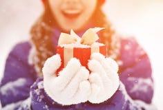 Adolescente con un regalo en sus manos Imagen de archivo
