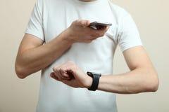 Adolescente con un smartphone y un reloj elegante Fotografía de archivo libre de regalías