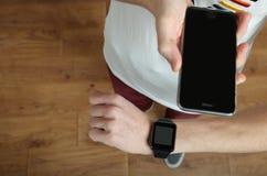 Adolescente con un smartphone y un reloj elegante Imágenes de archivo libres de regalías