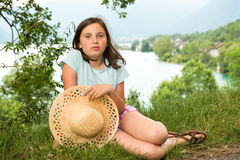 Adolescente con un sombrero de paja en el salvaje Fotos de archivo libres de regalías