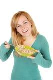 Adolescente con un tazón de fuente de cereal Imagen de archivo