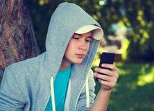 Adolescente con un teléfono Imagen de archivo libre de regalías