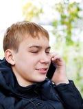 Adolescente con un teléfono Fotos de archivo libres de regalías