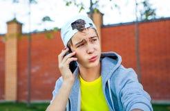 Adolescente con un teléfono Imagenes de archivo