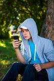 Adolescente con un teléfono Imágenes de archivo libres de regalías