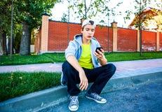 Adolescente con un teléfono Foto de archivo