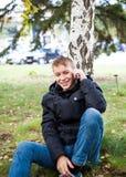Adolescente con un teléfono al aire libre Imagen de archivo