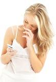 Adolescente con un teléfono blanco #2 Fotos de archivo libres de regalías