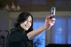 Adolescente con un teléfono de la cámara Fotos de archivo libres de regalías