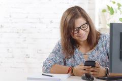 adolescente con un teléfono elegante Fotografía de archivo libre de regalías