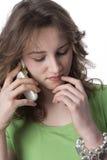 Adolescente con un teléfono móvil Fotos de archivo libres de regalías