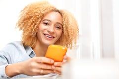 Adolescente con un teléfono móvil Fotografía de archivo