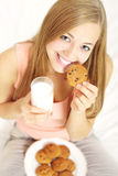 Adolescente con un vidrio de leche y de galletas Fotos de archivo libres de regalías