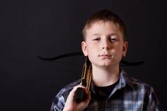 Adolescente con una ballesta Fotografía de archivo libre de regalías