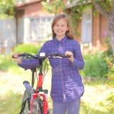 Adolescente con una bicicleta Fotografía de archivo libre de regalías