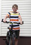 Adolescente con una bicicleta Fotos de archivo libres de regalías