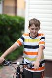 Adolescente con una bicicleta Imagen de archivo