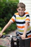 Adolescente con una bicicleta Fotografía de archivo