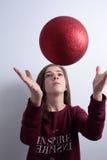 Adolescente con una bola de la Navidad Imagen de archivo libre de regalías