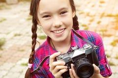 Adolescente con una cámara Imagenes de archivo