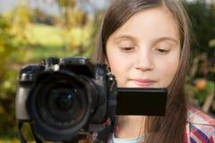Adolescente con una cámara Fotos de archivo libres de regalías