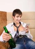 Adolescente con una cerveza Imagenes de archivo