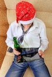 Adolescente con una cerveza y una tableta Fotografía de archivo