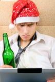 Adolescente con una cerveza y una tableta Foto de archivo