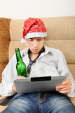 Adolescente con una cerveza y una tableta Imagen de archivo libre de regalías