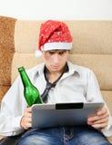 Adolescente con una cerveza y una tableta Fotografía de archivo libre de regalías