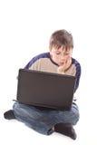 Adolescente con una computadora portátil Imagenes de archivo