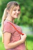 Adolescente con una cuerda que salta en parque Imagen de archivo