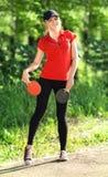 Adolescente con una cuerda que salta en parque Fotografía de archivo libre de regalías