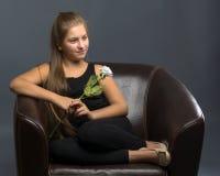 Adolescente con una flor en su mano Foto de archivo