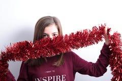 Adolescente con una guirnalda de la Navidad Imágenes de archivo libres de regalías