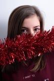 Adolescente con una guirnalda de la Navidad Imagen de archivo
