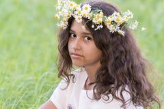 Adolescente con una guirnalda de margaritas en Imágenes de archivo libres de regalías