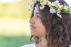 Adolescente con una guirnalda de margaritas en Foto de archivo libre de regalías