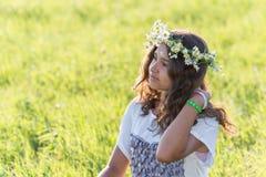 Adolescente con una guirnalda de margaritas en Fotografía de archivo