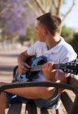 Adolescente con una guitarra Foto de archivo libre de regalías