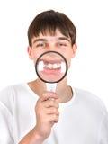 Adolescente con una lupa Imagen de archivo libre de regalías
