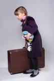 Adolescente con una maleta vieja grande Imagen de archivo libre de regalías