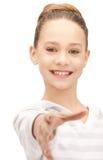 Adolescente con una mano abierta lista para el apretón de manos Fotografía de archivo libre de regalías